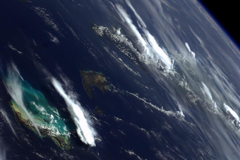 острова Куба, Инагуа и Кайкос в облаках.