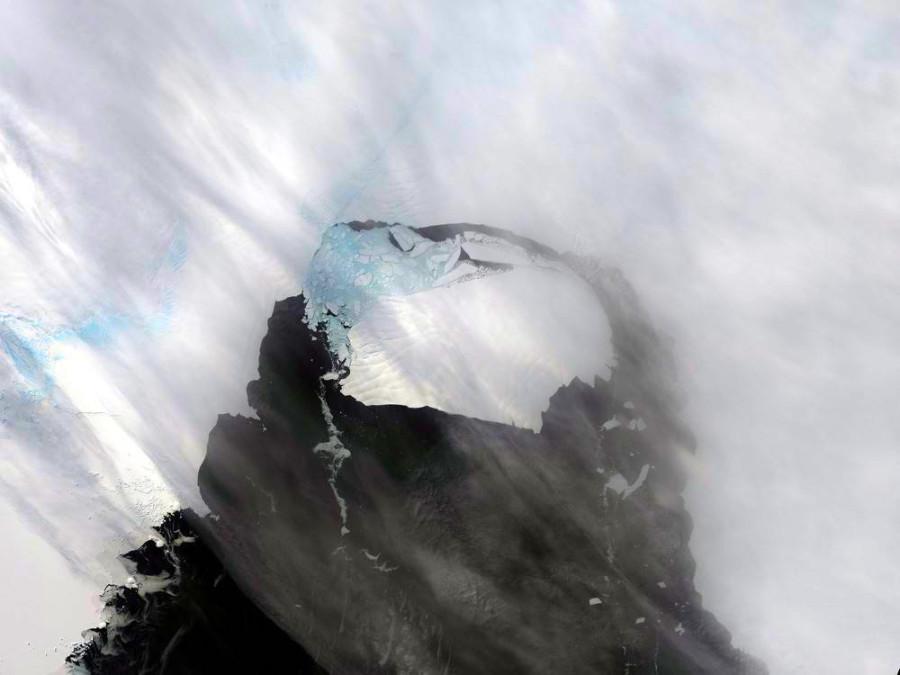 Айсберг, размером с Сингапур откалывается от Антарктиды, 13 ноября. Снимок сделан спутником Landsat 8.
