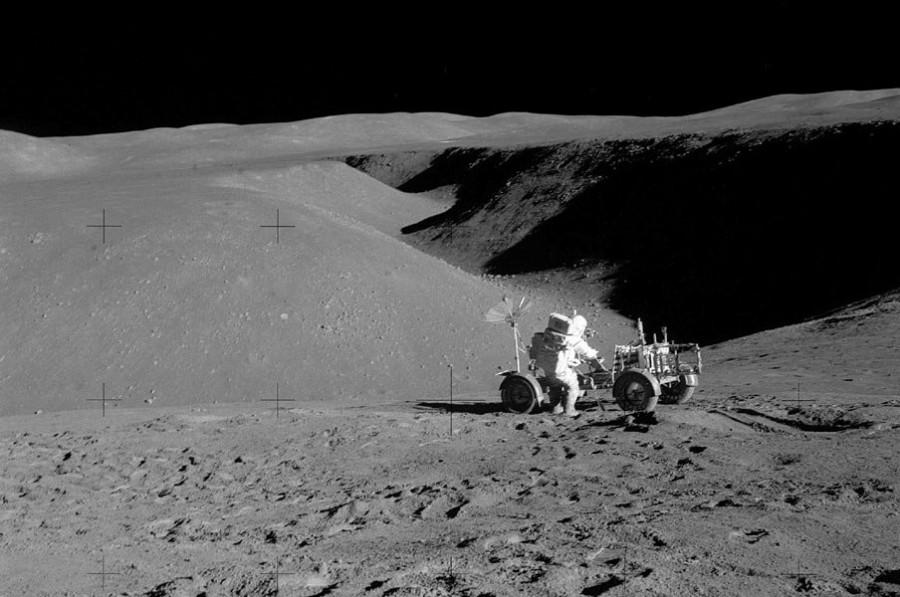 6 Дэвид Скотт и «Лунный Ровер» у каньона Хэдли Рилл
