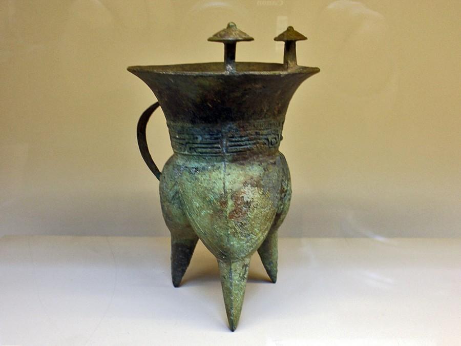 2 Сосуд типа Цзя. Династия Шан (1600-1050 до н.э.), бронза, патина