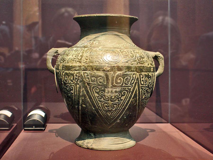 6 Сосуд для вина  с орнаментом. Династия Западная Чжоу (1050-771 до н.э.), бронза