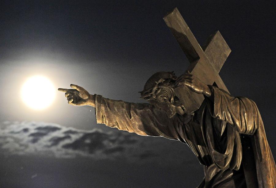 3 Варшава, статуя Иисуса  Христа у Базилики  Святого  Креста