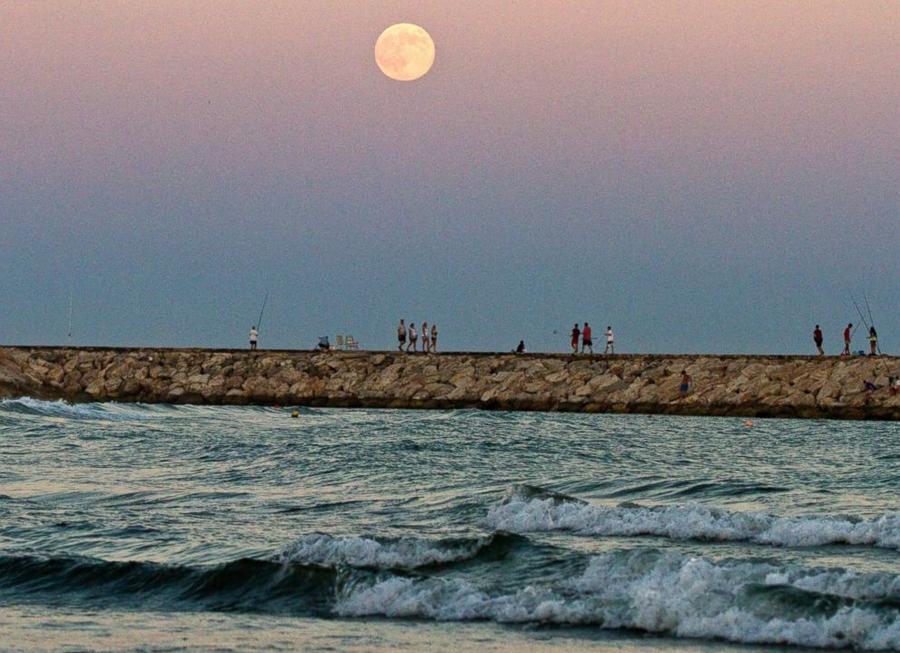15 Суперлуна  над  Средиземным  морем  на пляже Кабопино на юге Испании,  Paul Hanna