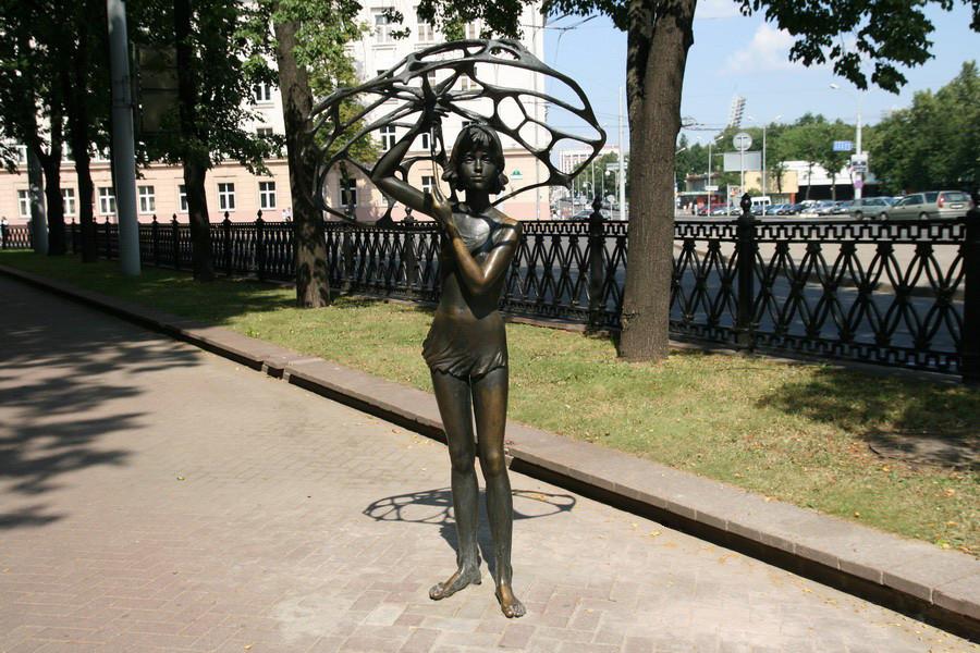 «Девочка с зонтиком» в Михайловском сквере