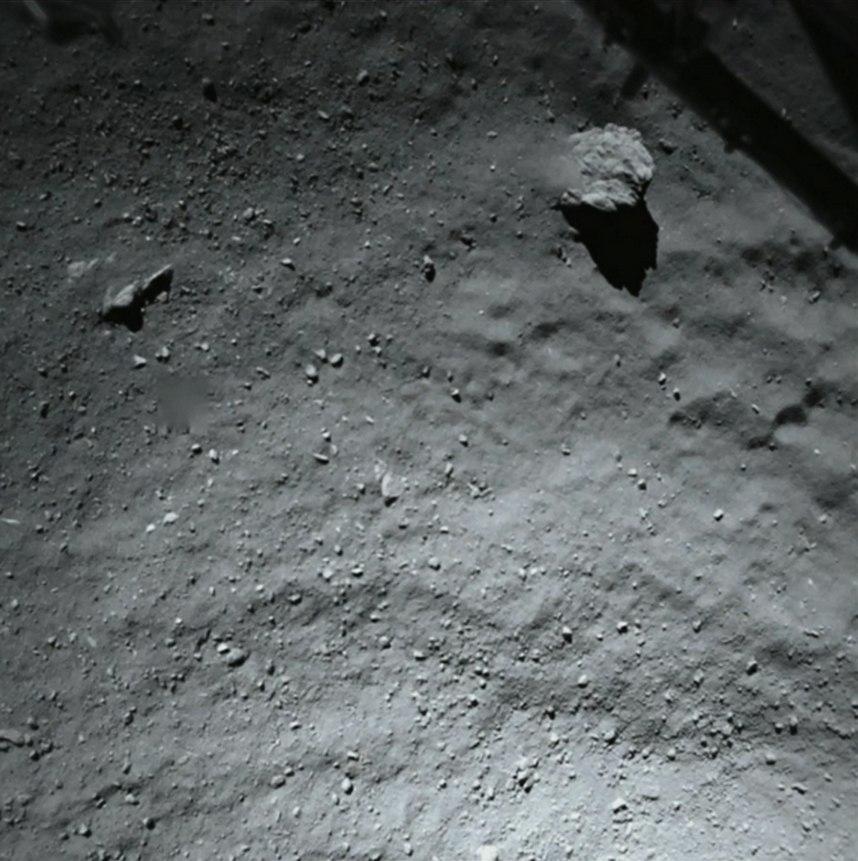 Первые снимки поверхности кометы