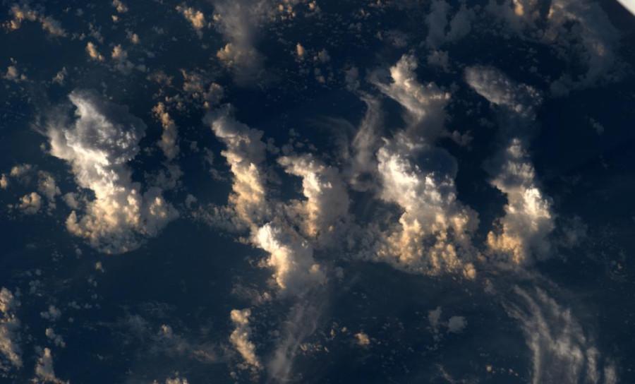 Кучево-дождевые облака ночью над океаном
