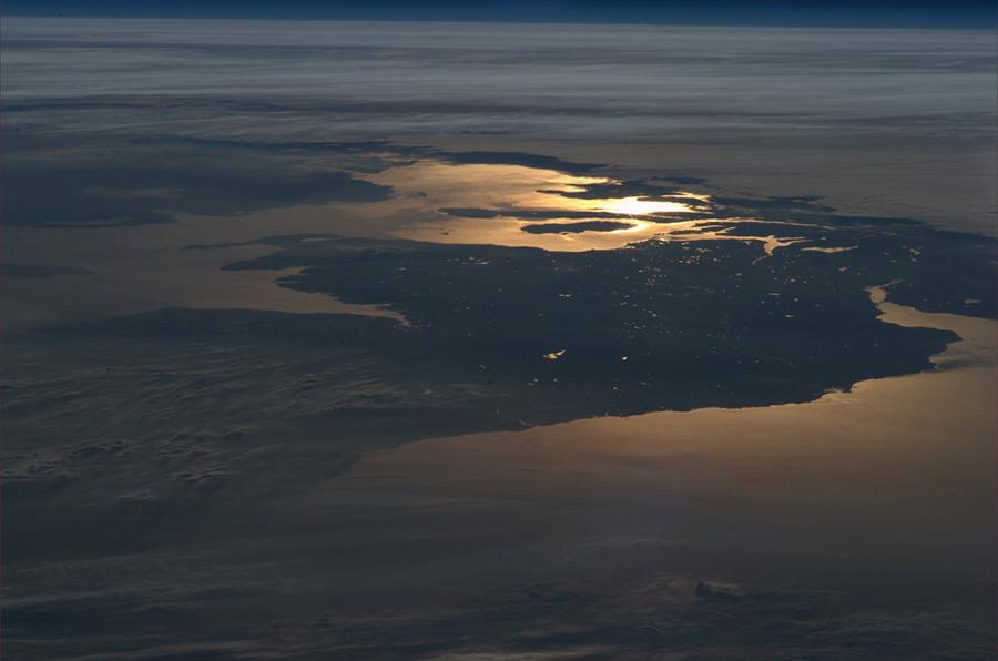 ron-garan-fotografii-s-borta-mks_16 наша прекрасная Земля внизу уже погрузилась во мрак ночи. Фото Ron Garan.jpeg