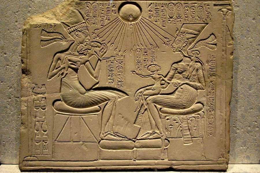 6 Эхнатон, Нефертити  и три дочери.jpg