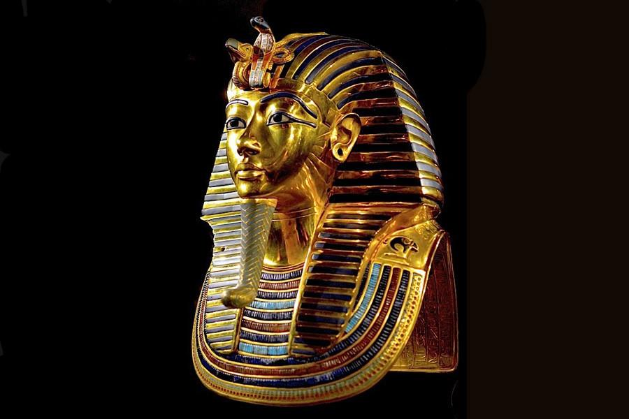 17 Маска Тутанхамона украшена сердоликом, лазуритом, цветным стеклом и кварцем..jpg