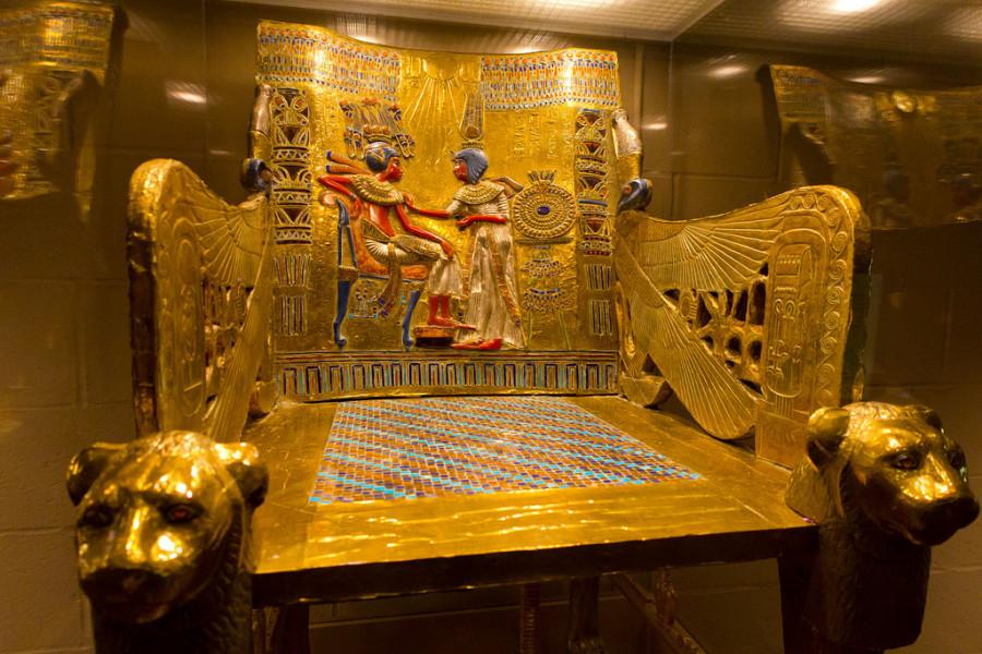 19 Золотой  трон из  гробницы, Солнце - Тутанхамон  и  его  супруга в головном  уборе - Сириус.jpg