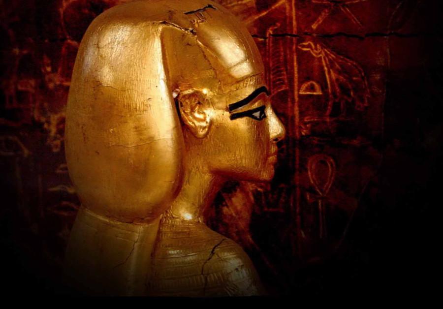 16 У  золотого  ковчега  в гробнице  ТутанхамонаCairo.jpg