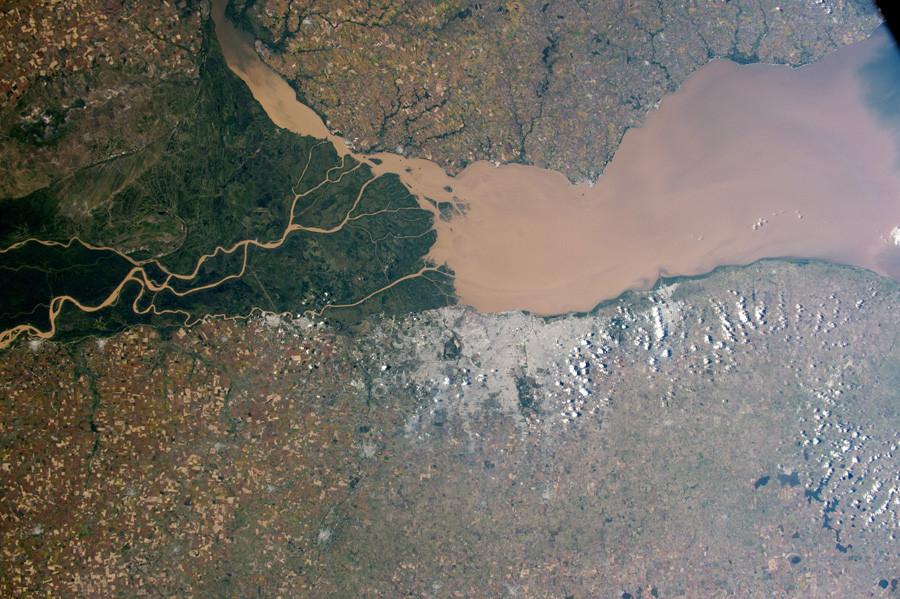 Коричневая вода в заливе Ла-Плата, Аргентина. 6 апреля 2015 года.jpg