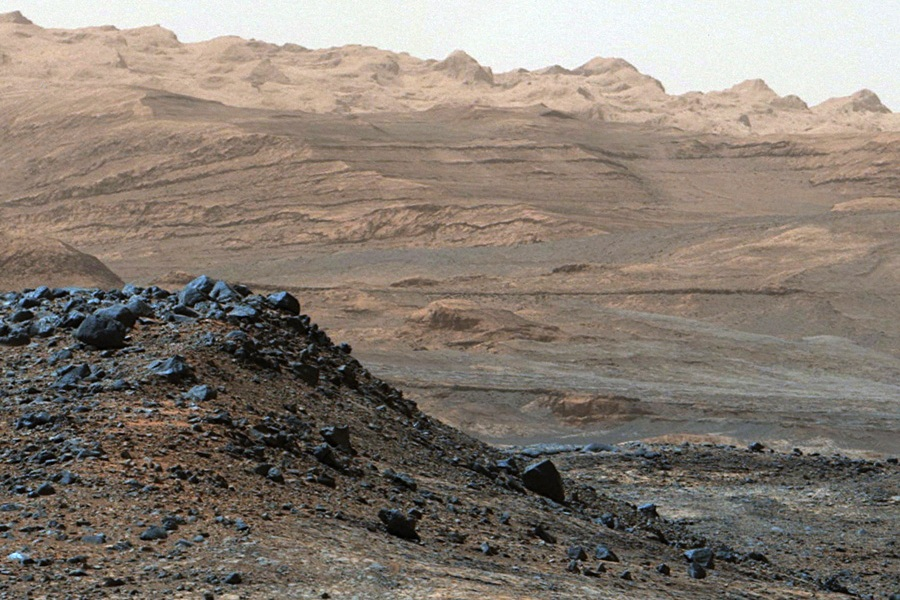 5 Mount Sharp on Mars, as seen by the Curiosity rover on April 10, 2015.jpg