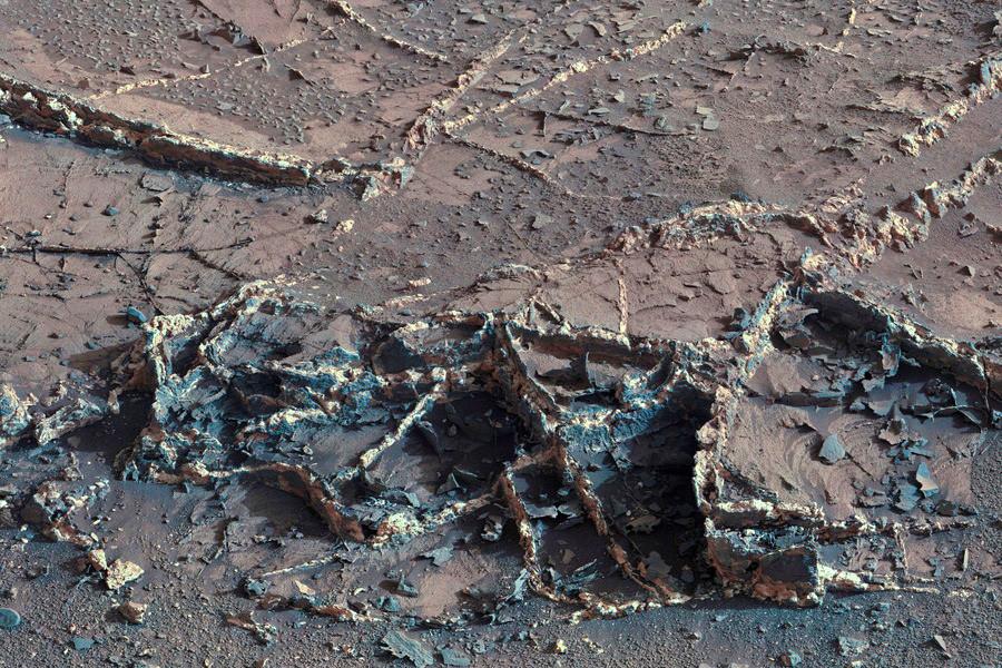 8 Двухцветные минеральные жилы, обнаруженные у основания горы Шарпа.jpg