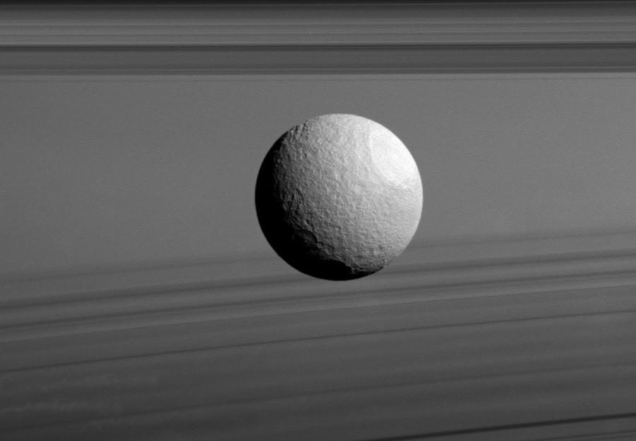 3 Ледяная  Тефия, парящая  на  фоне  колец  Сатурна.jpg