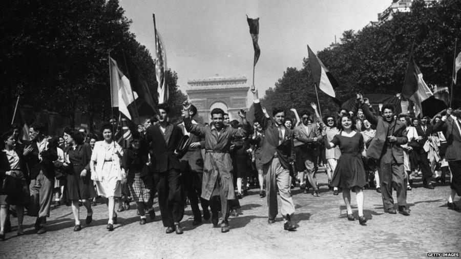 5  8 мая 1945 года  Париж , Елисейские поля. 8-е мая 1945.jpg