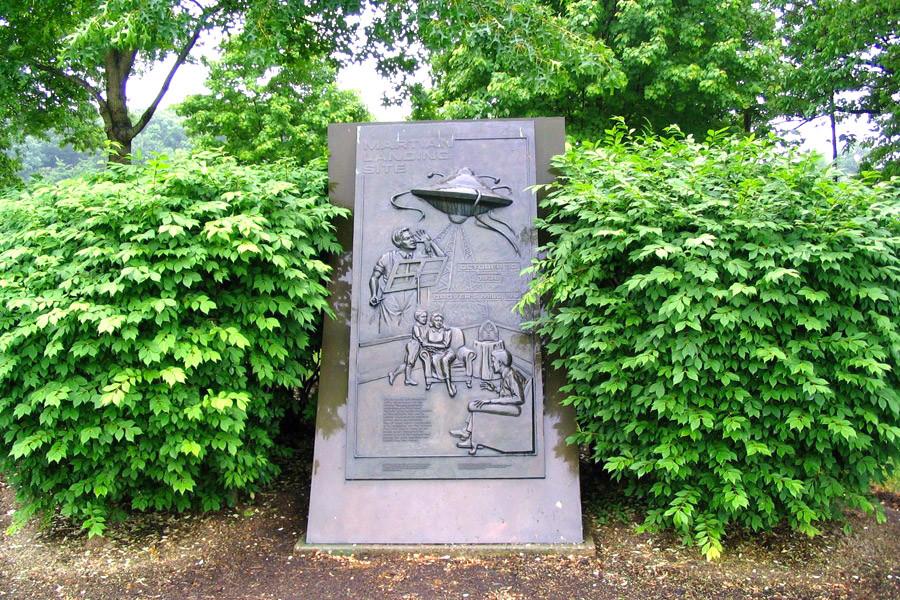 Памятник мнимому приземлению марсиан Landingsite statue.JPG