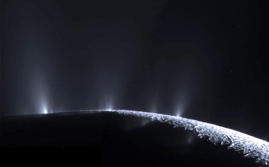 3 Гейзеры  на южной  полярной  области Энцелада.jpg
