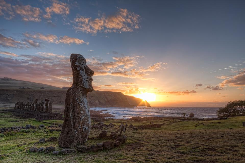 Рассвет на  острове  Пасха