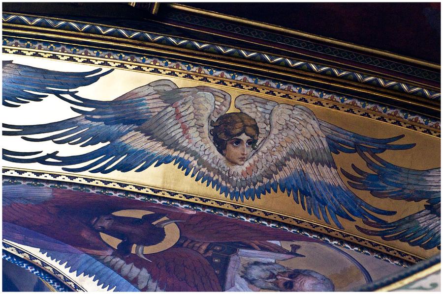 Серафимы (орнамент) Серафим  - ангел, особо приближённый к престолу Бога и Его прославляющий. У него 6 крыльев. В христианской системе ангельской иерархии это первый ангельский чин.