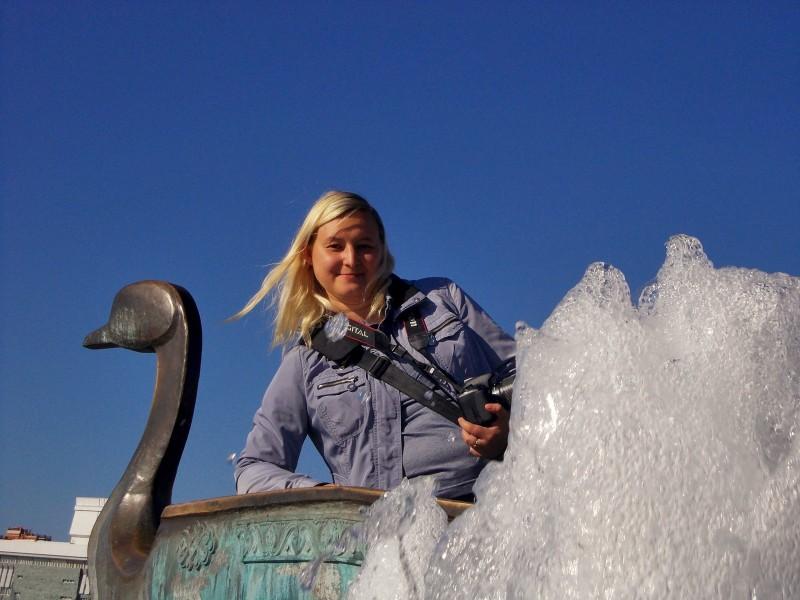 Елена Старкова, 2015, Йошкар-Ола. На ладье фонтана-памятника Петру и Февронии Муромским