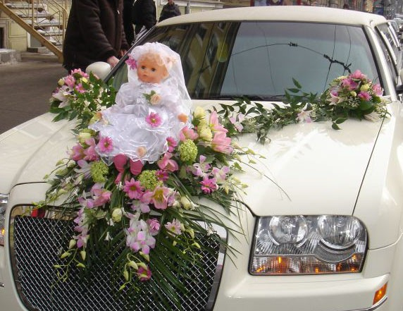 Кукла на машине