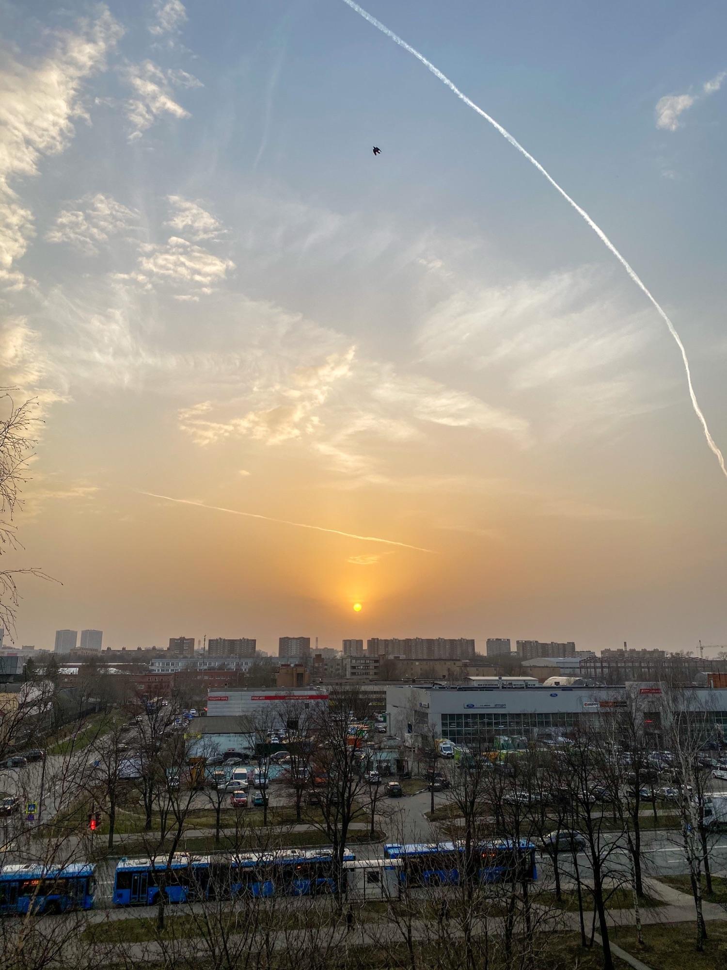 Московский закат. Солнце из-за дымки мы видим круглое.