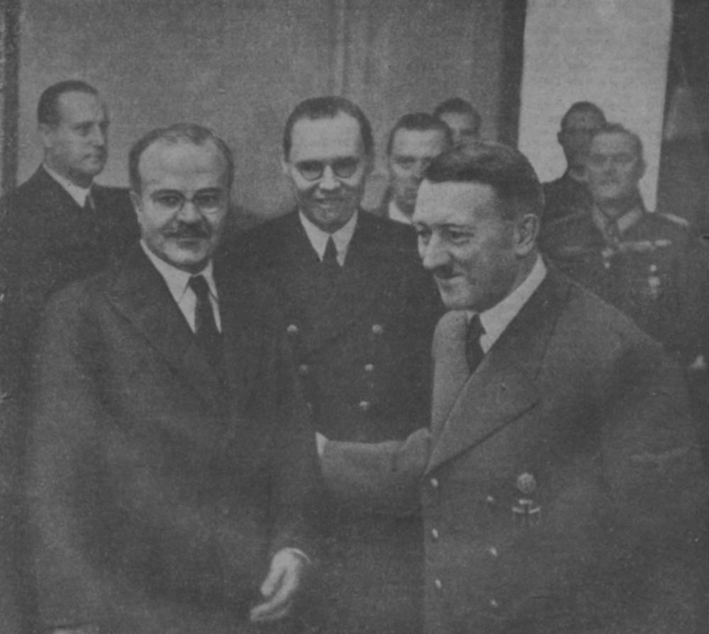 А. Гитлер принимает В.М. Молотова в здании имперской канцелярии.