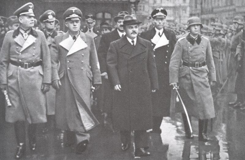 В.М. Молотов и министр иностранных дел Германии Риббентроп обходят фронт почетного караула на Ангальтском вокзале в Берлине, 12 ноября 1940 года.