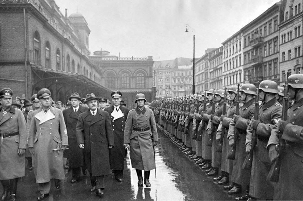 В.М. Молотов и министр иностранных дел Германии Риббентроп обходят фронт почетного караула на Ангальтском вокзале в Берлине