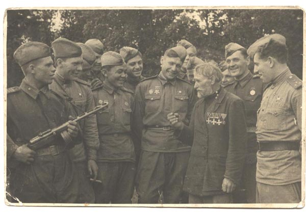 Георгиевский кавалер бывший артиллерист Олексій Манилович Шамриха среди советских солдат. 1943 год.