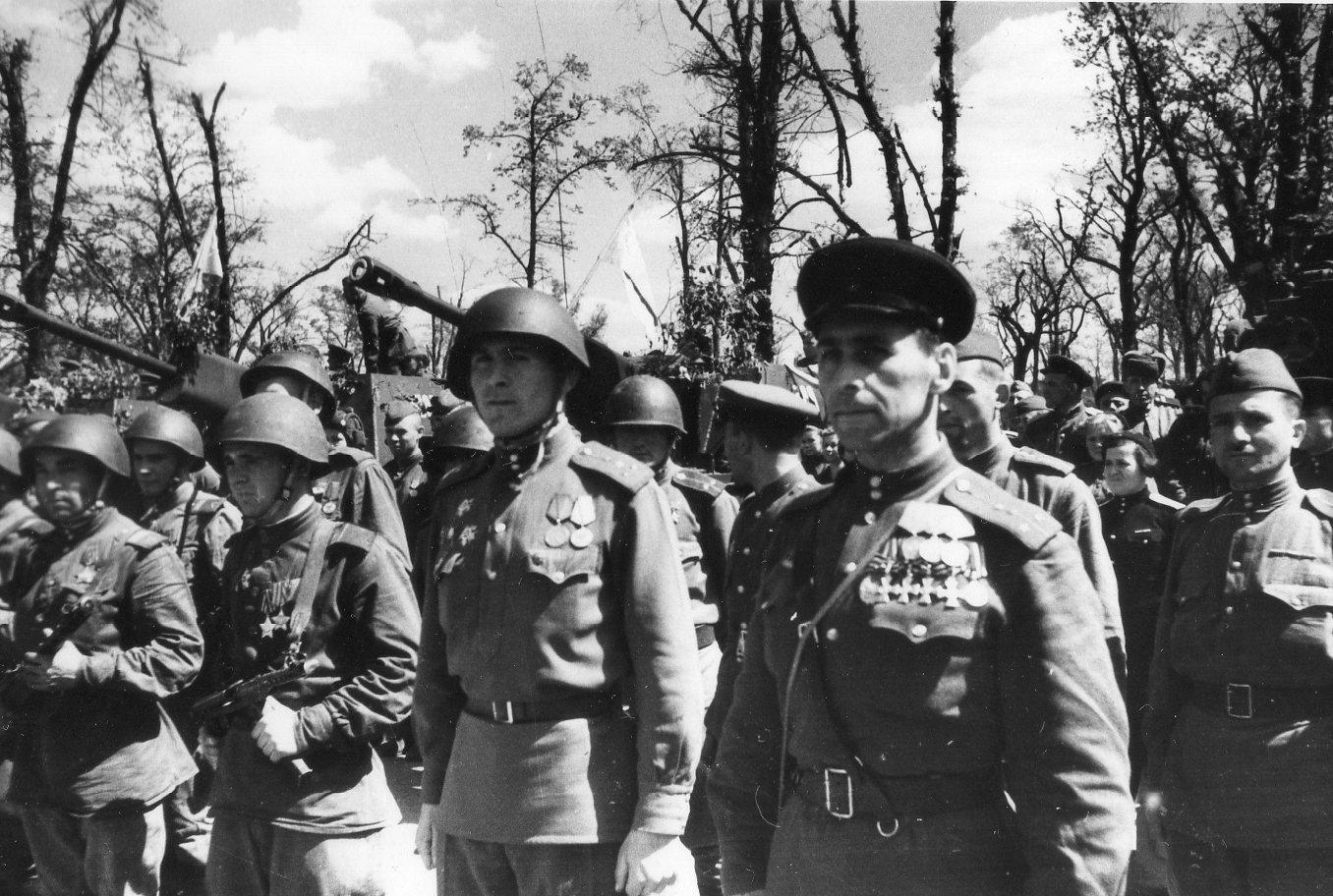 Георгиевский кавалер капитан Грусланов В.Н. в Берлине. 20 мая 1945 года (1)