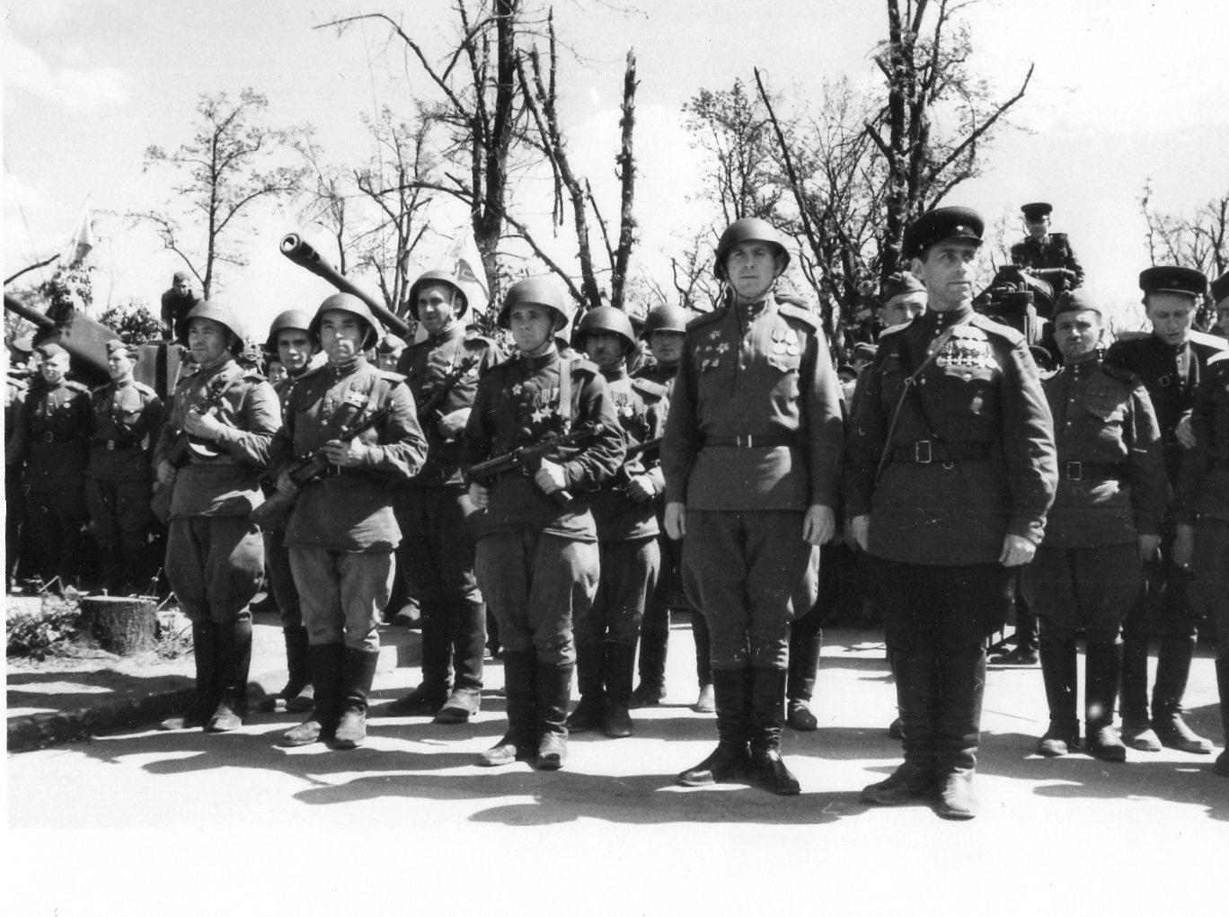 Георгиевский кавалер капитан Грусланов В.Н. в Берлине. 20 мая 1945 года (2)