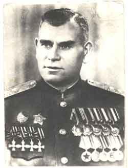 Советский генерал Хижняк Иван Лукич с Георгиевскими крестами. Конец 40-х годов.