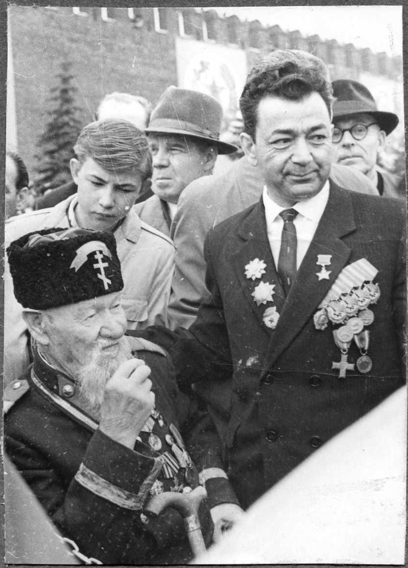 Участник русско-турецкой войны 1877-78гг Константин Викентьевич Хруцкий (112 лет) в форме болгарского ополченца. 1965 год