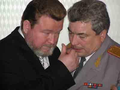 Евдокимов что-то объясняет Валькову
