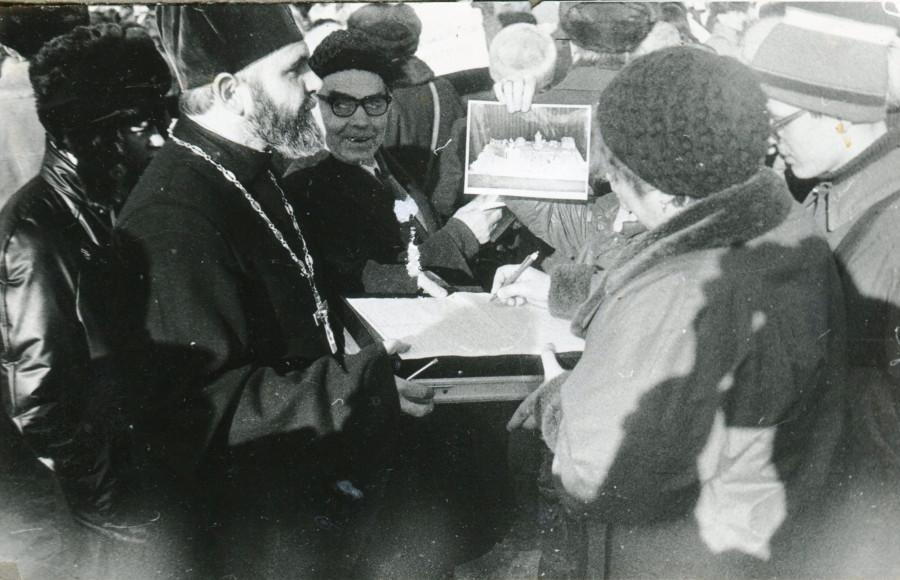 11 февраля 89г. Священник о. Георгий Докукин собирает подписи