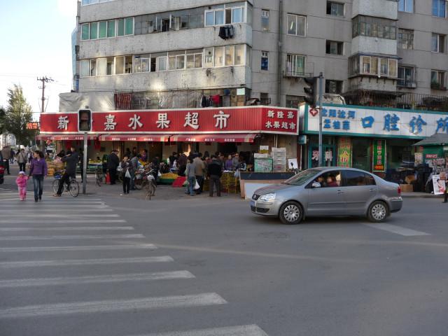 И таких городских пейзажей в Шеньяне тоже много - торговля на асфальте, не очень чисто, какие-то пяти- и девятиэтажные блочные здания сомнительной эстетической ценности
