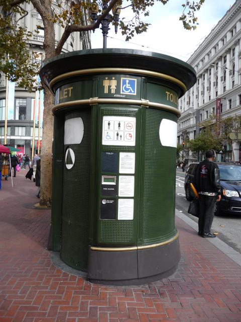 Общественный бесплатный туалет на улице Market около Powell