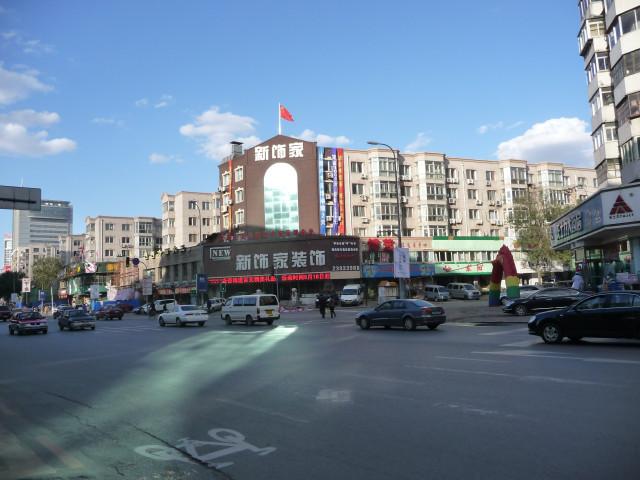 Англоязычные надписи в Шеньяне все-таки встречаются, как и красные флаги, но и того, и другого очень мало