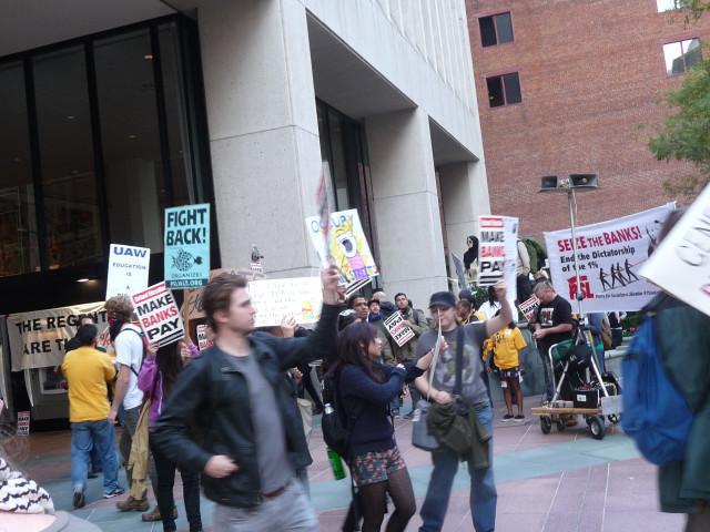 На митиге в Сан-франциско тоже был плакатик Occupy Wall street