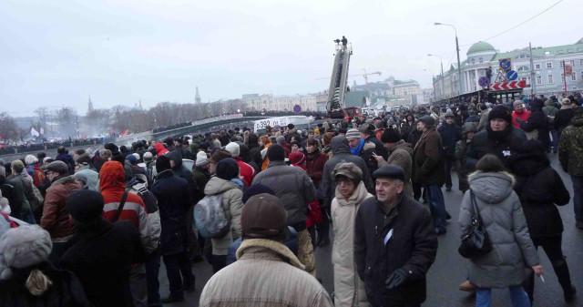 На Кадашевской набережной во время митинга на Болотной 10 декабря 2011