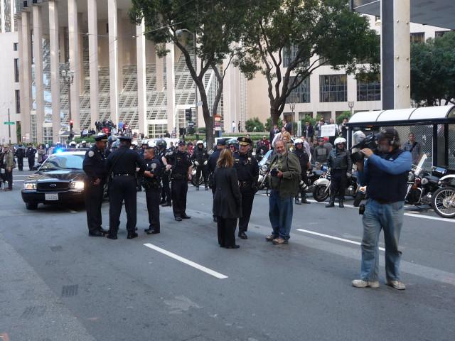 "Полицейские на митинге ""Захвати банки"" Сан-Франциско"