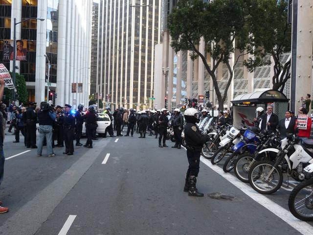 "Полицеские на митинге ""захвати банки"" в Сан-Франциско"