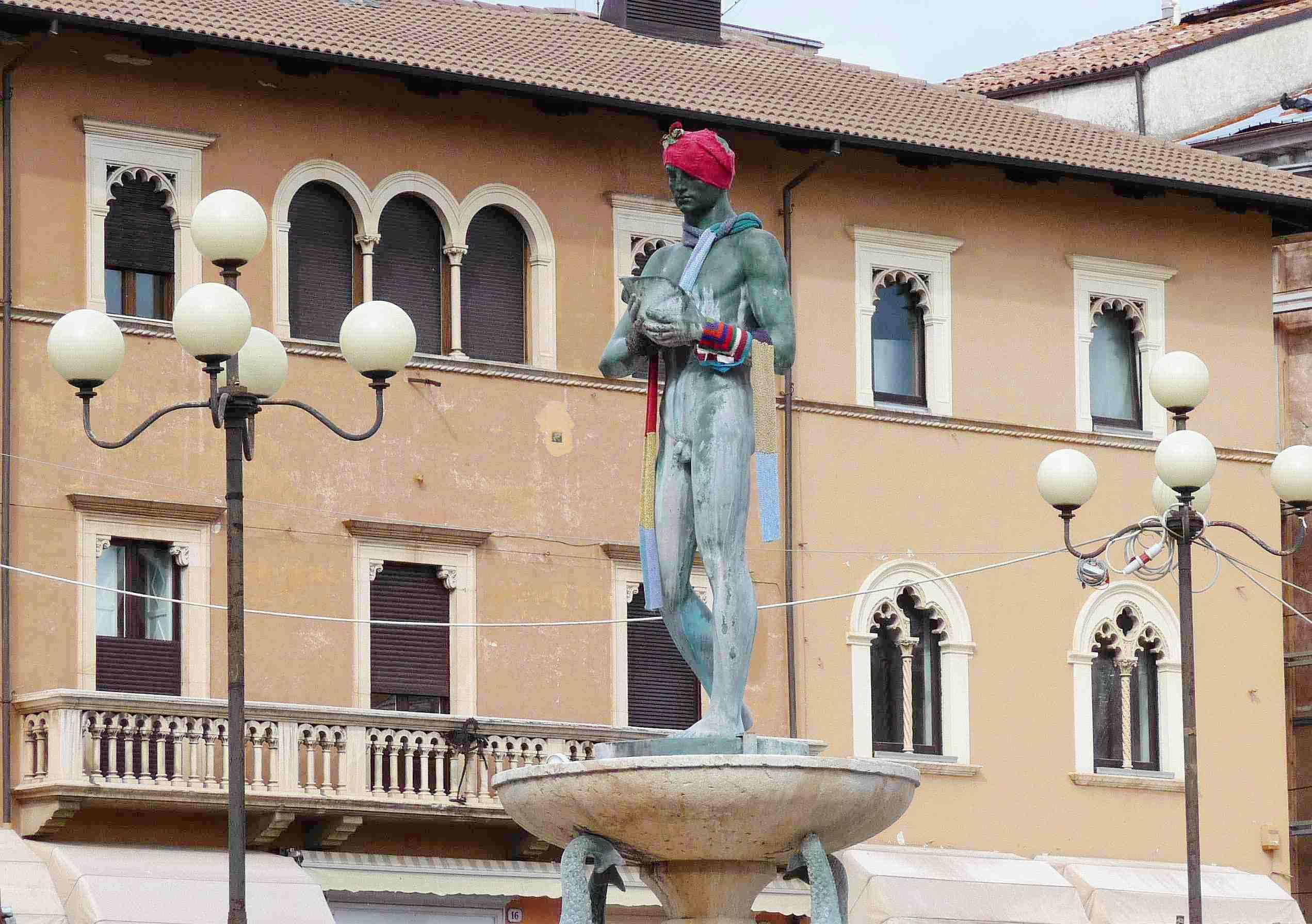 "Л'Акуила. Центральная площадь. Скульптура ""Юноша"" Nikola DAntino 1929-32"