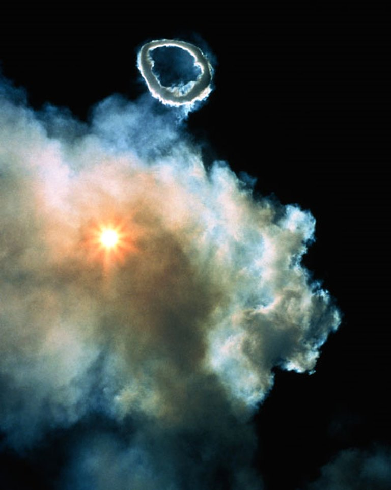 Кольцо, выброшенное из жерла вулкана.