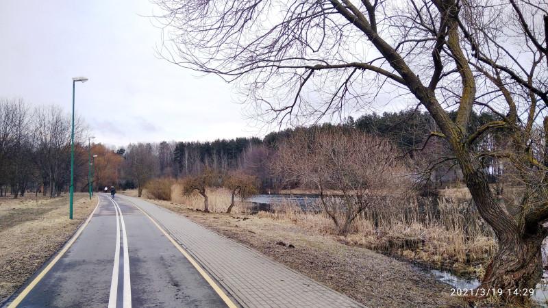 Вначале путь проходит по благоустроенной пешеходной и велосипедной дорожке.
