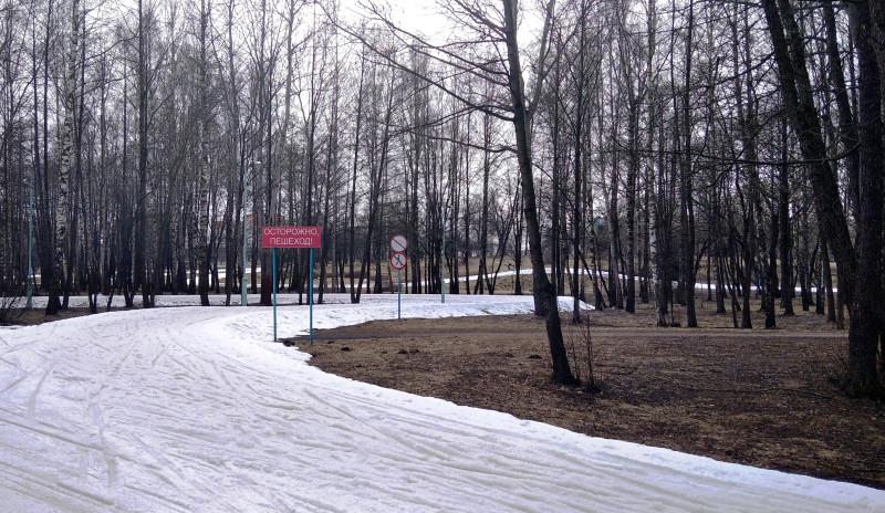 Здесь проходит лыжная трасса. Снег ещё не стаял.