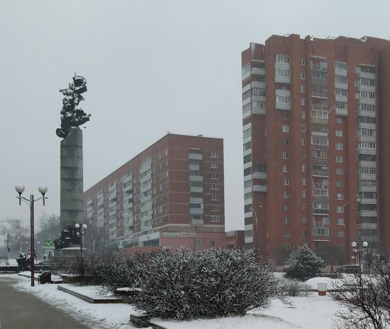 Слева - памятник в честь белорусским партизанам. Красный дом построен в 70-е годы.