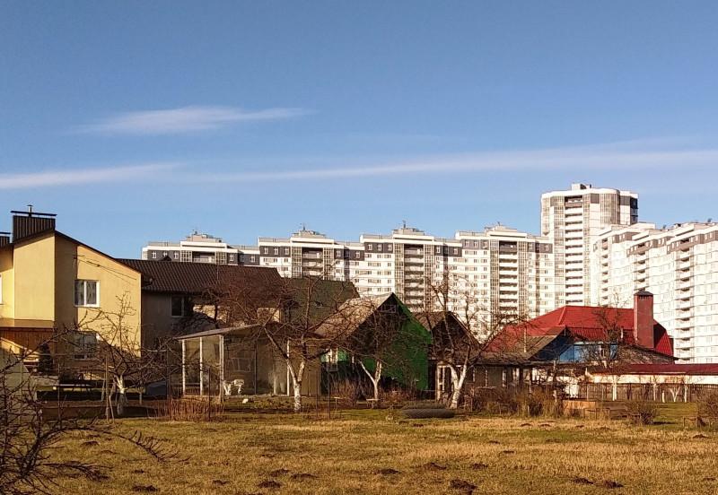 Рядом с коттеджами простенькие домики с большими участками.